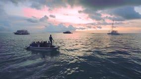 Vista bonita do Oceano Índico infinito no por do sol Alguns barcos e navios que estacionam na água surgem filme