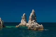 Vista bonita do penhasco dois grande no mar no parque de Monte Conero imagens de stock royalty free