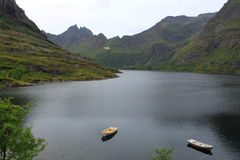 Vista bonita dos barcos, do mar e das montanhas Consoles de Lofoten, Noruega Fotografia de Stock Royalty Free
