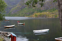 Vista bonita dos barcos, do mar e das montanhas Consoles de Lofoten, Noruega Imagens de Stock