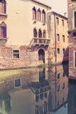 Vista bonita dos canais cênicos com construções antigas de Veneza Itália fotografia de stock royalty free