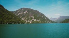 Vista bonita dos montes e dos lagos do barco video estoque