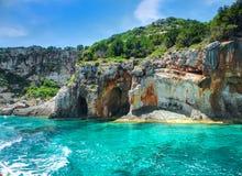 A vista bonita em cavernas azuis e na água azul do mar Ionian na ilha Zakynthos em Grécia e em sightseeing aponta na rocha Barco  Fotos de Stock Royalty Free
