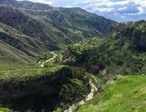 Vista bonita em montanhas verdes do templo de Garni na mola arménia fotografia de stock royalty free