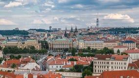 Vista bonita em Praga no timelapse de República Checa com rio de fluxo Vltava e com a torre da televisão de Zizkov dentro vídeos de arquivo
