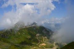 Vista bonita mesma das montanhas com névoa e nuvens foto de stock