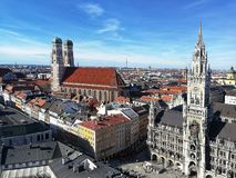 Vista bonita na igreja nova de nossa senhora, Munich da c?mara municipal e da catedral fotos de stock royalty free
