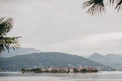 Vista bonita na ilha do pescador de Stresa, férias em Itália Dei Pescatori de Isola em Lago Maggiore no dia ensolarado sobre fotografia de stock royalty free