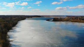 Vista bonita no lago com do gelo em cima dele e do céu azul com nuvens vídeos de arquivo