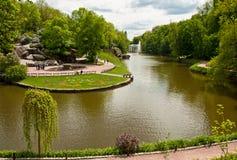 A vista bonita no lago e a fonte em Sofiyivsky estacionam em Uman, Ucrânia Foto de Stock