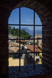 Vista bonita no lago Garda (Itália), Sirmione e cumes italianos Foto de Stock