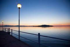 Por do sol no lago Trasimeno, Italia Fotos de Stock Royalty Free