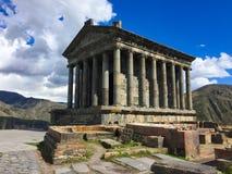 Vista bonita no templo de Garni e em montanhas verdes na mola arménia fotos de stock royalty free