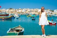 Vista bonita nos barcos coloridos eyed tradicionais Luzzu no porto da aldeia piscatória mediterrânea Marsaxlokk, Malta imagens de stock royalty free