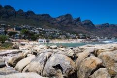 A vista bonita sobre acampamentos late praia e os doze apóstolos imagem de stock royalty free
