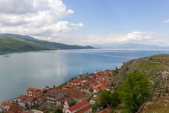Vista bonita sobre o lago Ohrid de Albânia imagens de stock royalty free