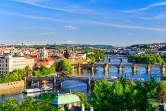 Vista bonita a Vltava e a pontes em Praga, república checa Imagem de Stock Royalty Free