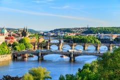 Vista bonita a Vltava e a pontes em Praga, república checa Imagens de Stock Royalty Free