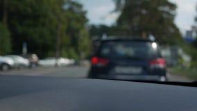 Vista borrada através da janela dianteira do carro O carro vai em uma estrada secundária 4K filme