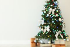 Vista borrada da árvore de Natal dentro belamente decorada fotografia de stock royalty free