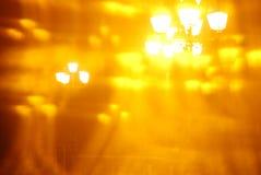 Vista borrosa, abstracta artística de las farolas de la ciudad a través del caleidoscopio Fotos de archivo libres de regalías