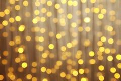Vista borrosa de las luces de la Navidad que brillan intensamente imagen de archivo libre de regalías
