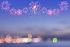 Vista borrosa del bokeh de la ciudad con los fuegos artificiales en el cielo Imagen de archivo libre de regalías