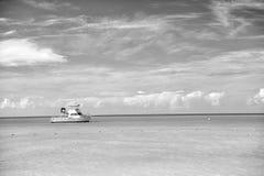 Vista brilhante atrativa da praia marinha bonita colorida exótica fotografia de stock royalty free