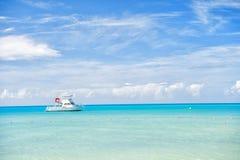 Vista brilhante atrativa da praia marinha bonita colorida exótica com o barco na água azul Imagem de Stock