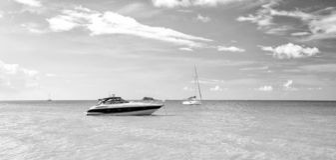Vista brilhante atrativa da praia marinha bonita colorida exótica com o barco na água azul imagem de stock royalty free