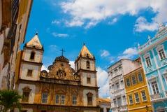 Vista brilhante de Pelourinho em Salvador, Brasil, dominado pela grande cruz de pedra colonial de Cruzeiro de Sao Francisco Chris foto de stock royalty free