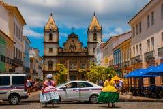 Vista brilhante de Pelourinho em Salvador, Brasil, dominado pela grande cruz de pedra colonial de Cruzeiro de Sao Francisco Chris foto de stock