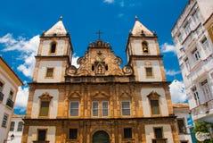 Vista brilhante de Pelourinho em Salvador, Brasil, dominado pela grande cruz de pedra colonial de Cruzeiro de Sao Francisco Chris imagens de stock royalty free