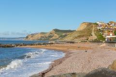Vista britannica della spiaggia di Dorset della baia ad ovest al cappuccio dorato Fotografia Stock