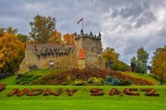 Vista cênico ao castelo real anterior em Nowy Sacz, Polônia no dia do outono foto de stock