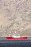 A vista cênico bonita com o barco do cruzeiro do norge entrou em Longyearb Foto de Stock Royalty Free