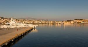 Vista cênico da arquitetura da cidade e da baía Chania, Greece Imagens de Stock