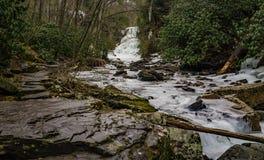 A vista cênico da cascata congelada cai de pouco Stony Creek fotos de stock