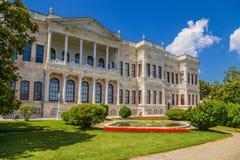 Vista cênico da fachada de uma das construções do palácio das sultões Dolmabahçe do otomano Fotografia de Stock Royalty Free