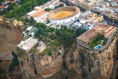Vista cênico da garganta, da vigia e da praça de touros, Ronda, Malaga, a Andaluzia, Espanha Silhueta do homem de negócio Cowerin Fotografia de Stock Royalty Free
