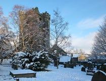 Vista cênico da igreja arruinada medieval na vila do oeste do heptonstall - yorkshire cobriu na neve com as sepulturas circunvizi imagem de stock