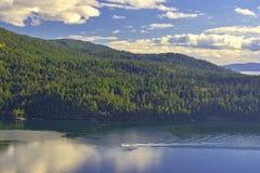 Vista cênico da linha costeira do oceano e da ilha da mola de sal tomada da baía do bordo, BC imagem de stock royalty free