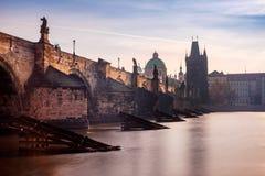 Vista cênico da ponte de Charles em Praga no nascer do sol imagem de stock