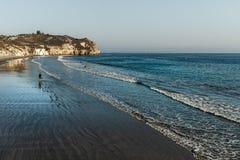 Vista cênico da praia do Oceano Pacífico com penhascos do arenito e o oceano azul imagens de stock royalty free