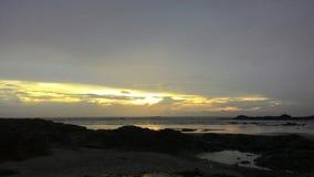 Vista cênico da praia durante o por do sol Imagens de Stock Royalty Free