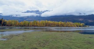 Vista cênico das cordilheiras, das árvores do outono e do lago 4k vídeos de arquivo