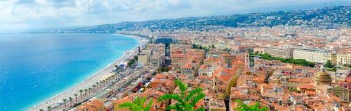 Vista cênico de cima no mar e do Promenade des Anglais, agradáveis, ` Azur da costa d, França foto de stock royalty free