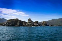 A vista cênico de ilhas do mar e da rocha em Vietname ajardina o oceano Fotos de Stock Royalty Free