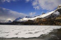A vista cênico de montanhas da neve do inverno ajardina e lago congelado nos cumes suíços em Engadin Imagens de Stock Royalty Free