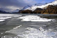 A vista cênico de montanhas da neve do inverno ajardina e lago congelado nos cumes suíços em Engadin Fotos de Stock Royalty Free